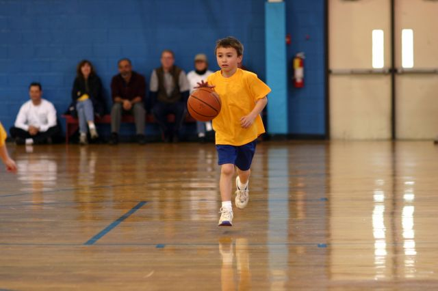 enfant dribble basket