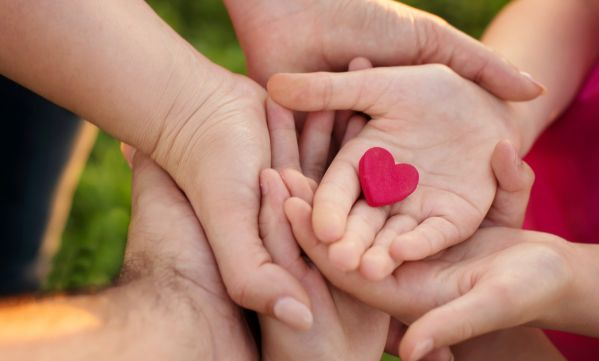 5 initiatives solidaires à faire en famille